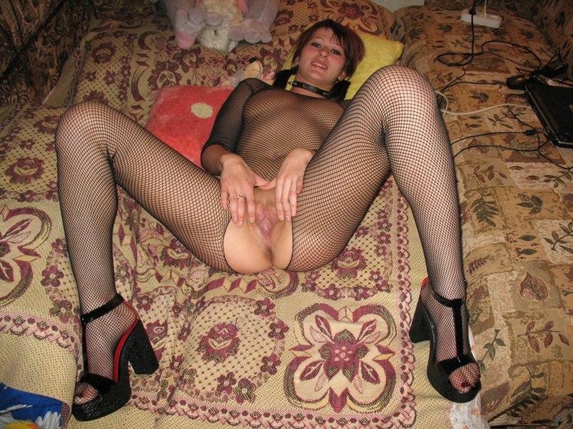 Соска в чулках хвастается своей бритой киской секс фото и порно фото