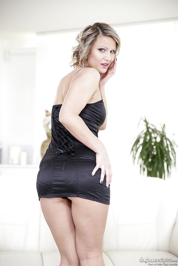 Женщина за 30 снимает черное платье и сексуально позирует перед камерой секс фото и порно фото