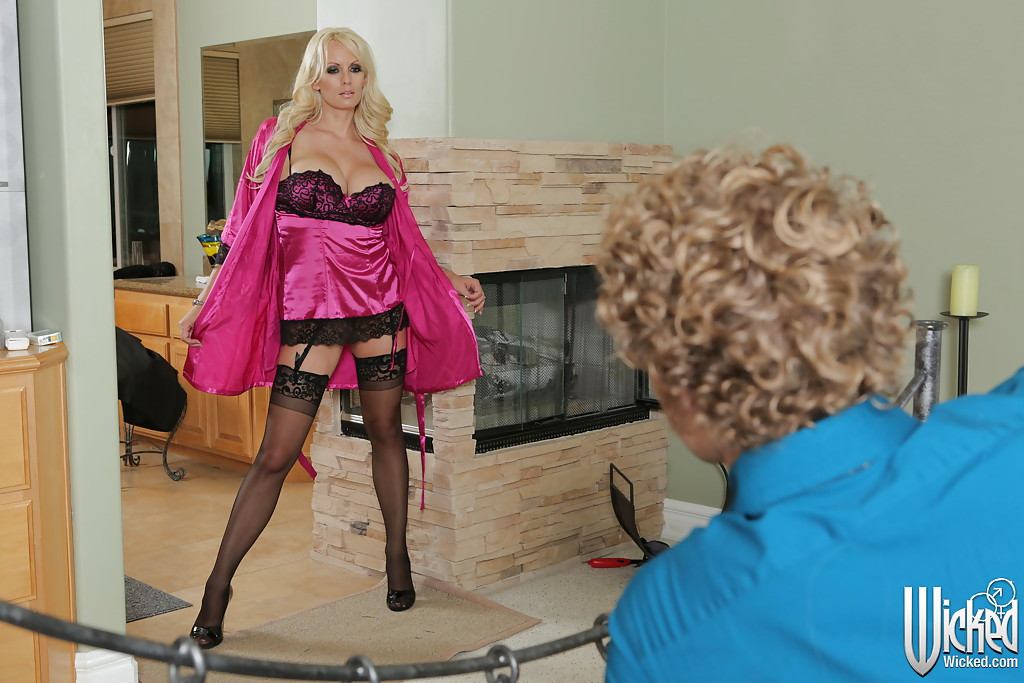 Мамочка соблазнила кудрявого парня и дала полизать перед трахом секс фото и порно фото