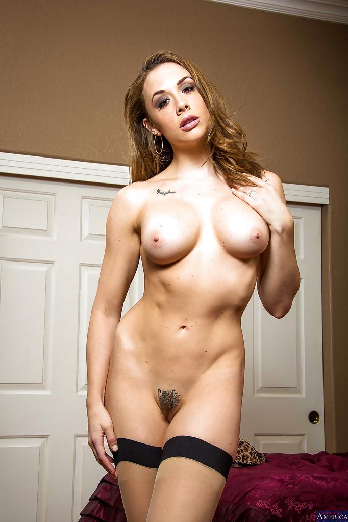 Мамочка с большой задницей позирует, обнажая свои формы секс фото и порно фото