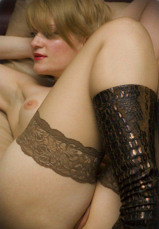 Зрелая тетка позирует голой в чулках перед камерой секс фото и порно фото