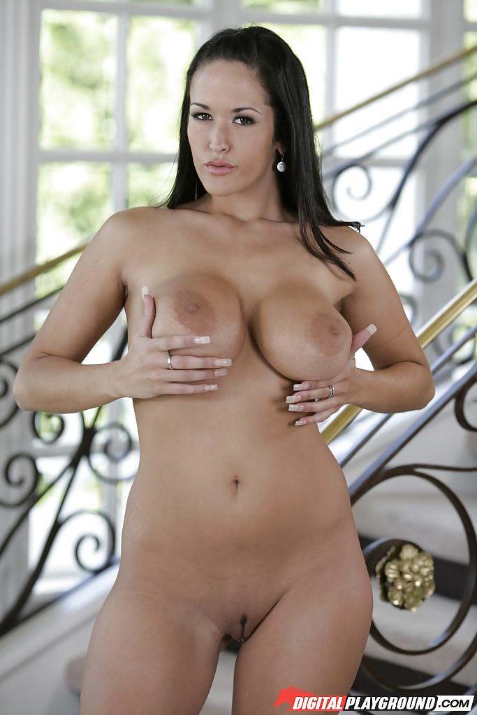 Грудастая брюнетка снимает бикини возле лестницы секс фото и порно фото