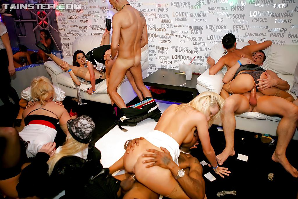 Стриптизёры трахают мамочек в клубе секс фото и порно фото