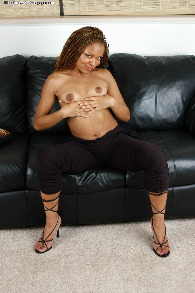 Миловидная негритянка Rochelle раздевается у кожаного дивана секс фото и порно фото