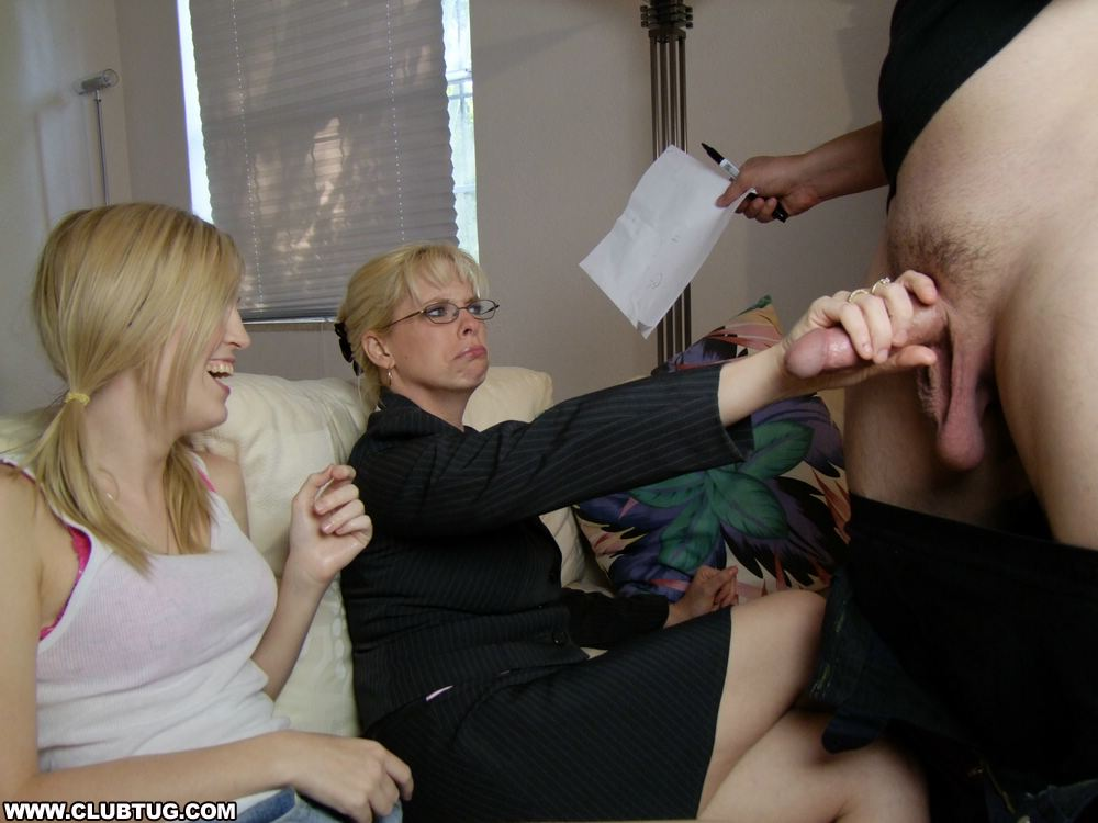 Взрослая и молодая блондинки дрочат член мужику секс фото и порно фото