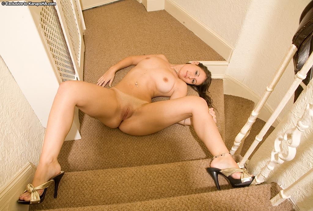 Vicky раздевается и мастурбирует на лестнице секс фото и порно фото