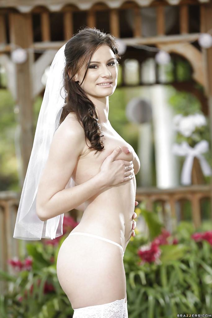 Невеста Kymberlee Anne раздевается у беседки в саду секс фото и порно фото