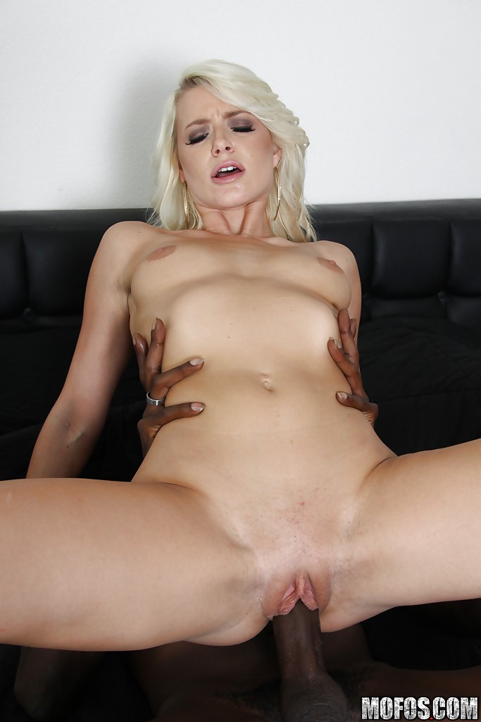 Сексуальная блондинка соблазнила потрахаться негра секс фото и порно фото