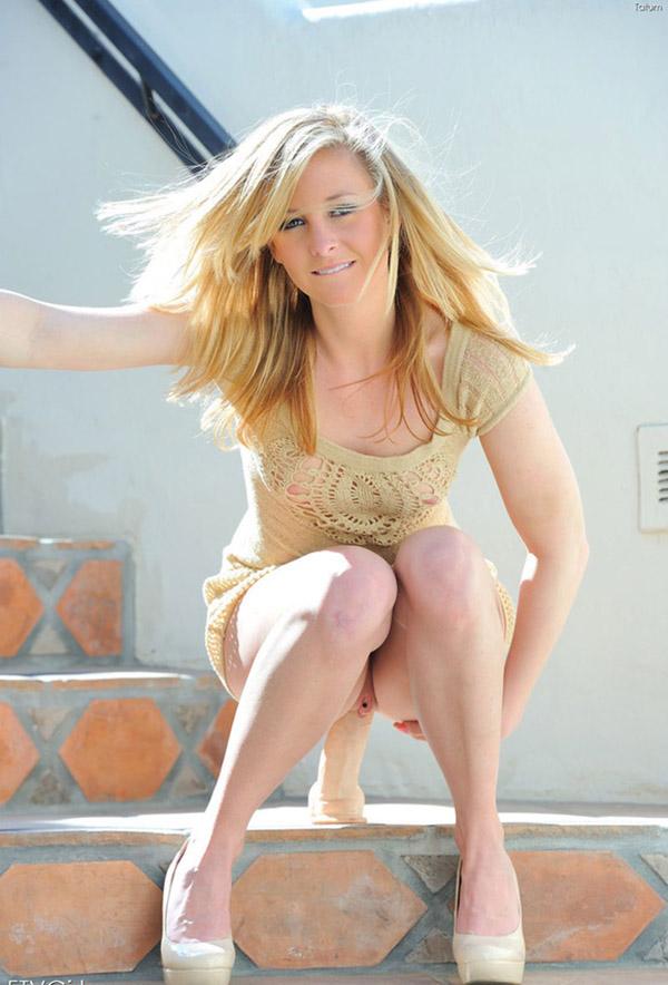 блондинка мастурбирует дилдо и кистью на лестнице секс фото и порно фото