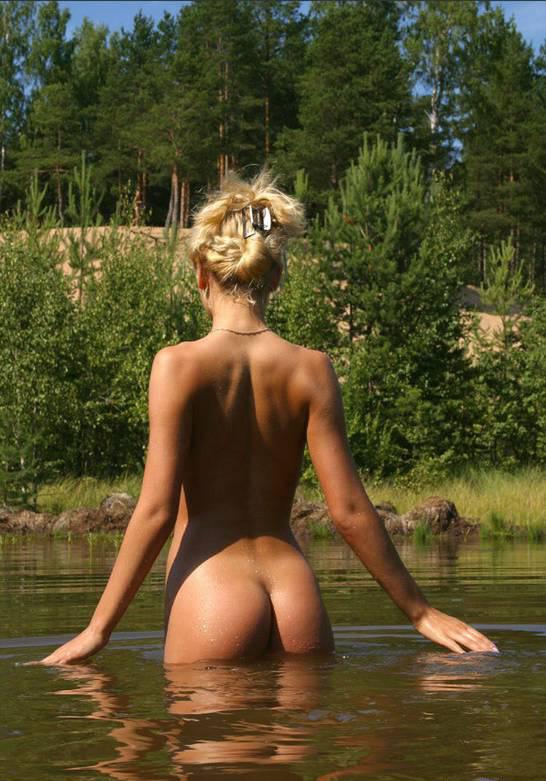 Голая блондинка купается в озере секс фото и порно фото