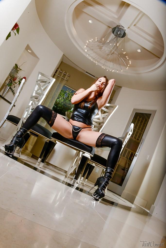 Красивая милашка Teal в кожаных чулках голышом на столе секс фото и порно фото