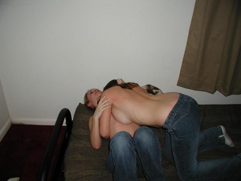 Две подружки лижут киски друг другу пока парни спят секс фото и порно фото