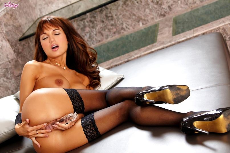Грудастая милашка в чулках мастурбирует дилдо секс фото и порно фото