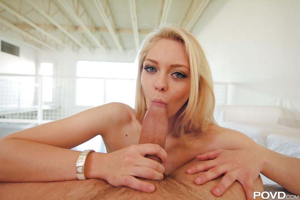 Парень трахает в рот блондинку Alli Rae секс фото и порно фото