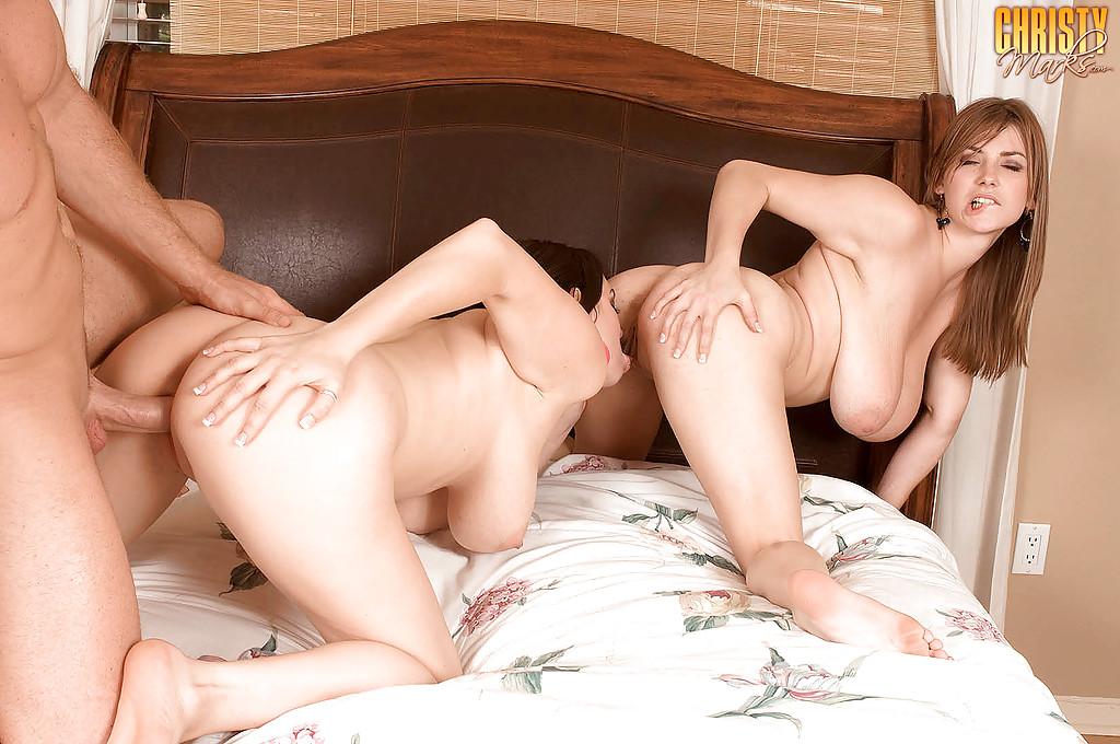 Парень трахает грудастую Christy Marks с подружкой в спальне секс фото и порно фото