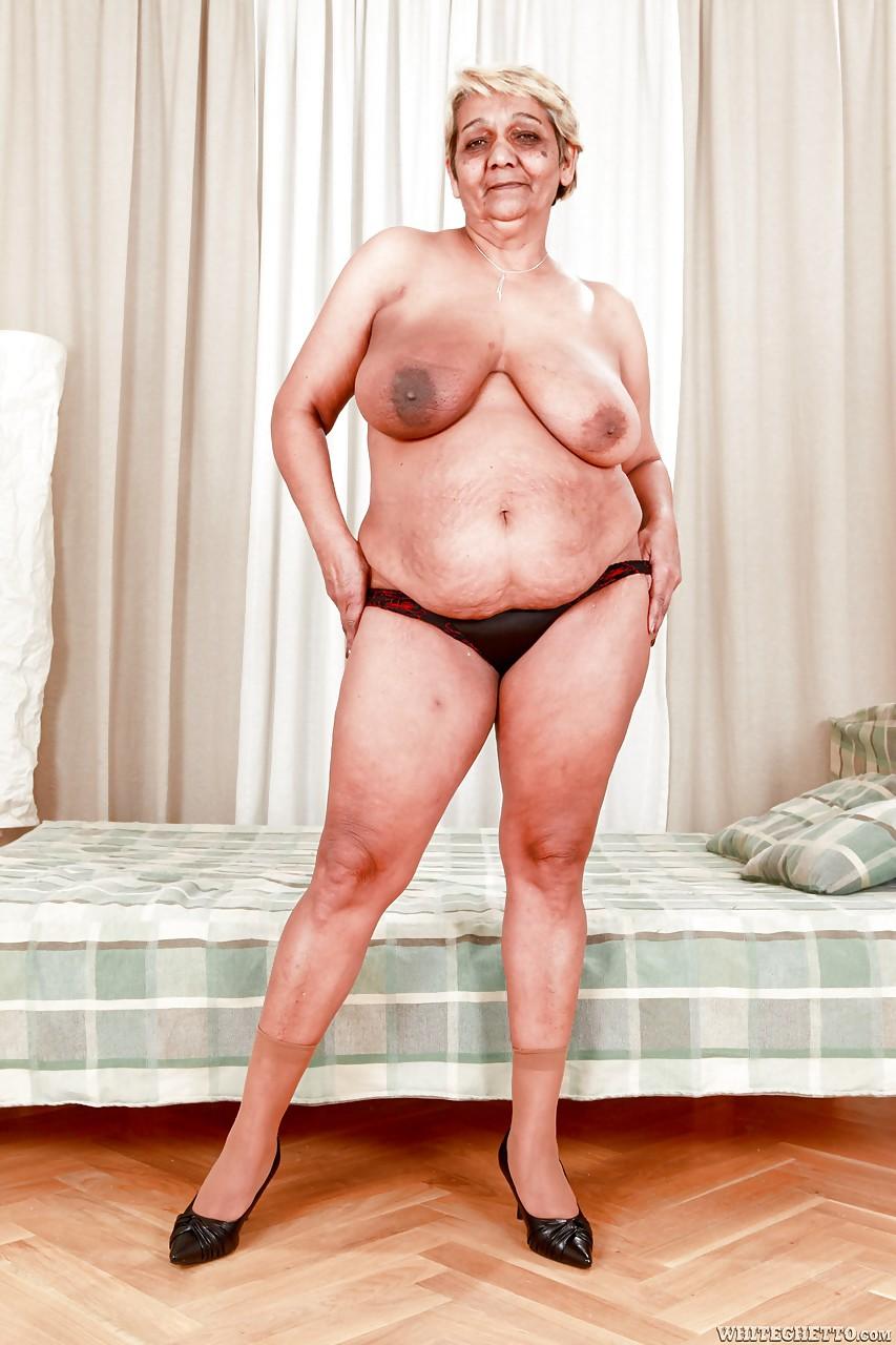 Парень трахает зрелую толстушку в спальне секс фото и порно фото
