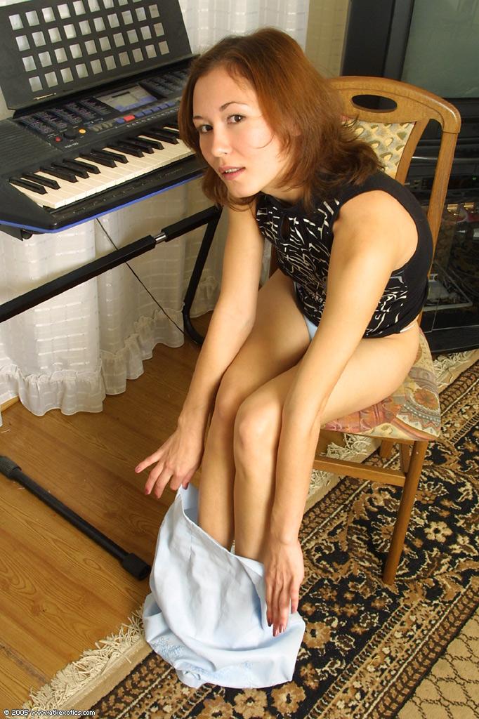 Азиатская девица раздевается демонстрируя волосатую киску секс фото и порно фото
