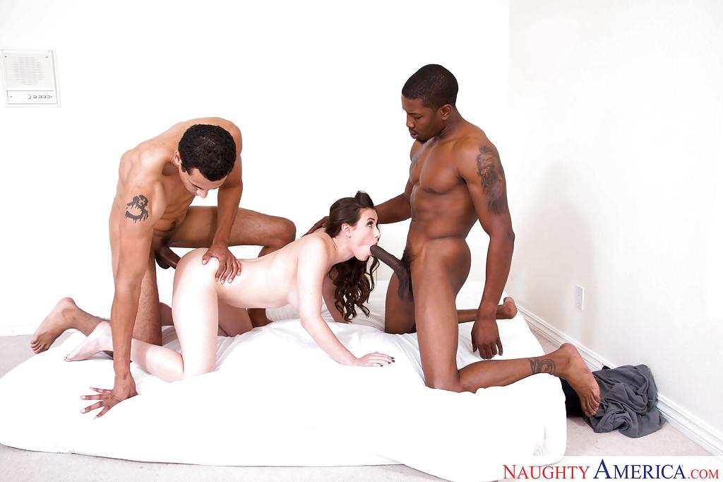 Два негра трахают спортсменку Casey Calvert на матрасе секс фото и порно фото