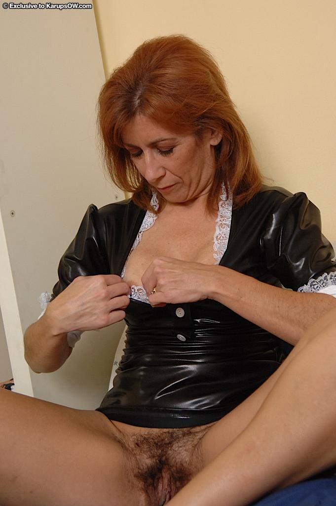Зрелая горничная раздевается, демонстрируя волосатую промежность секс фото и порно фото