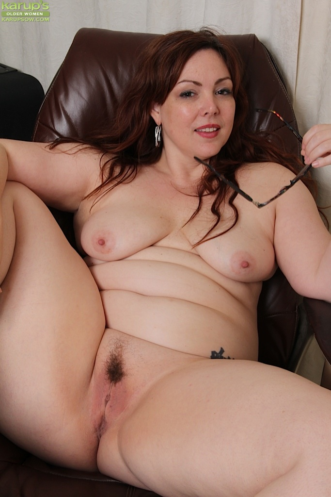 Пышная секретарша Ember Rayne раздевается в перерыв секс фото и порно фото