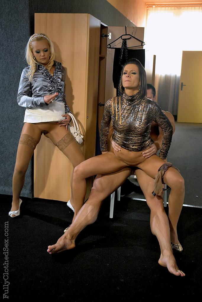 Чешская блондинка Eliss с подругой пригласили качка для тройничка секс фото и порно фото