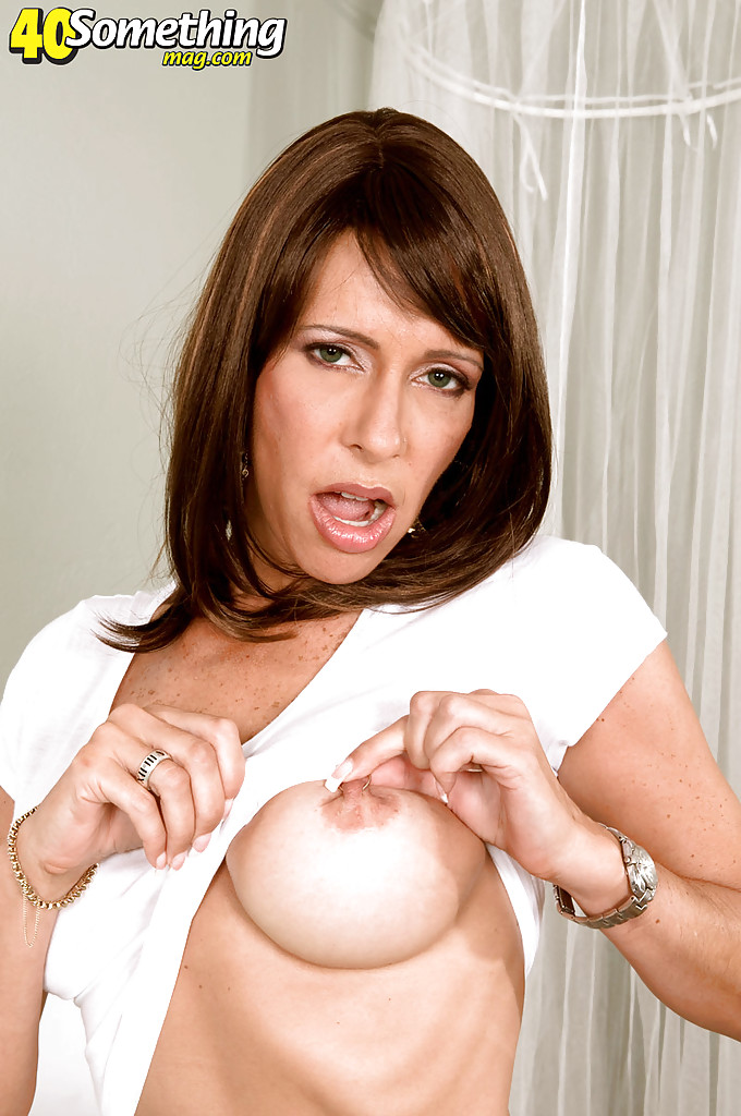 Татуированная дамочка Isabella с пирсингом мастурбирует дилдо в спальне секс фото и порно фото