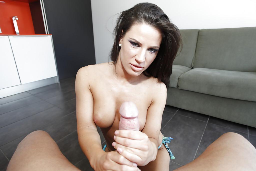 Парень трахает жопастую брюнетку Athina в спальне секс фото и порно фото