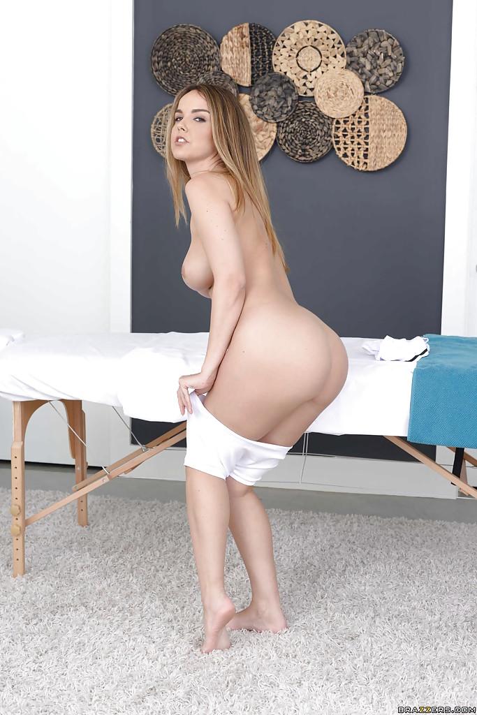 Милашка Dillion Harper переодевается у массажного стола секс фото и порно фото