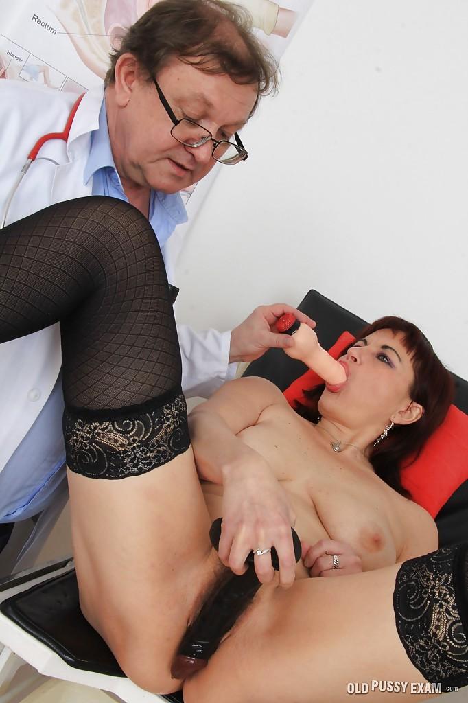 Гинеколог осматривает волосатую манду зрелой бабы в чулках секс фото и порно фото