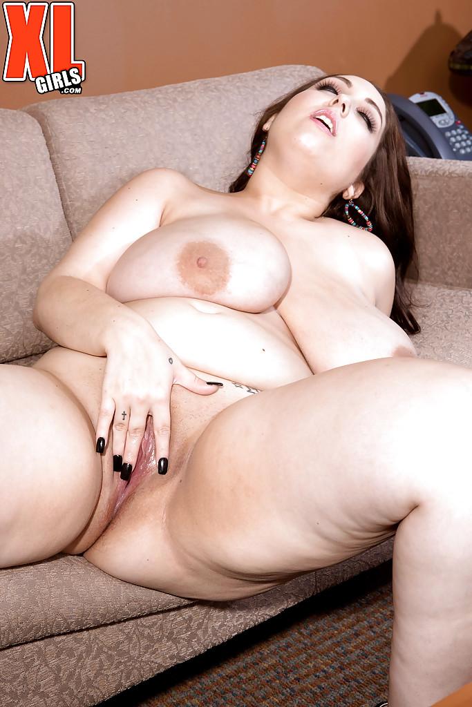 Жирная секретарша Allie Pearson дрочит пилотку на диване секс фото и порно фото