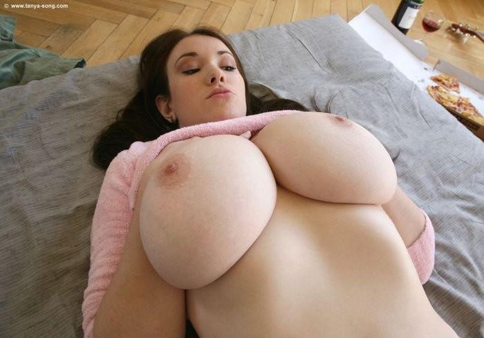 Фигуристые женщины показывают очень большие сиськи секс фото и порно фото