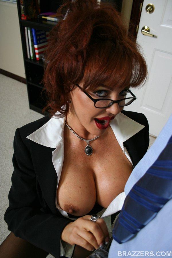 Преподавательница с большими сиськами трахается со студентом после пар секс фото и порно фото