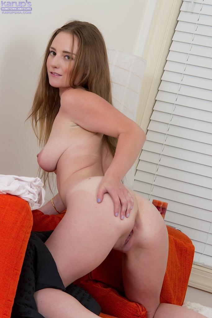 Девушка с длинными волосами показала большие сиськи и вагину секс фото и порно фото
