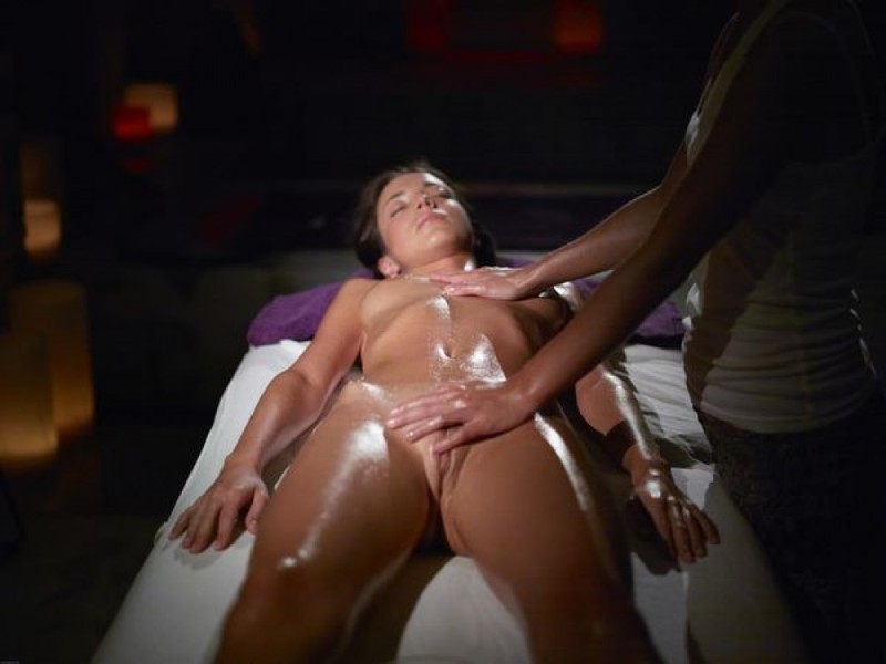 Массажист дрочит голой девушке анал и киску секс фото и порно фото