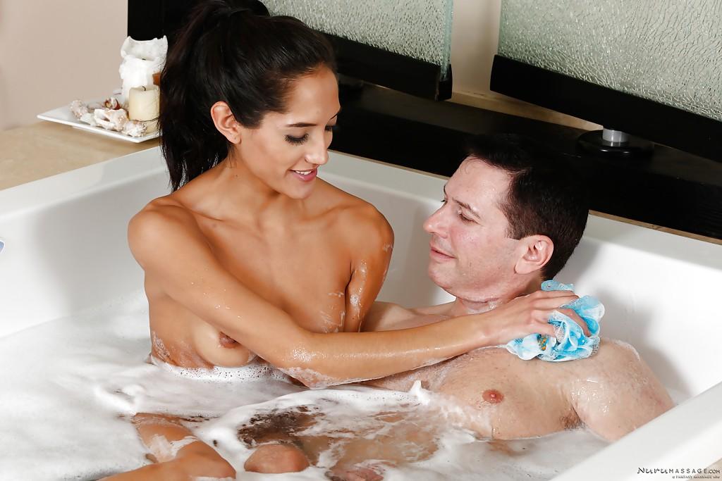 18-летняя латинка трахается с мужиком в ванной секс фото и порно фото