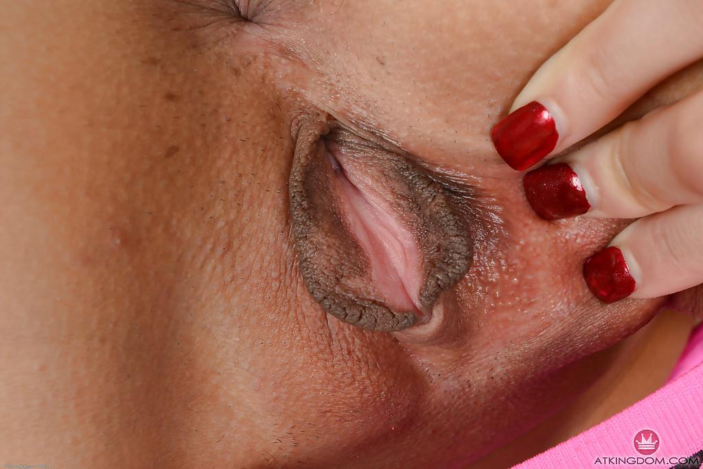 35 летняя Nikki Daniels раздвигает половые губы на диване секс фото и порно фото