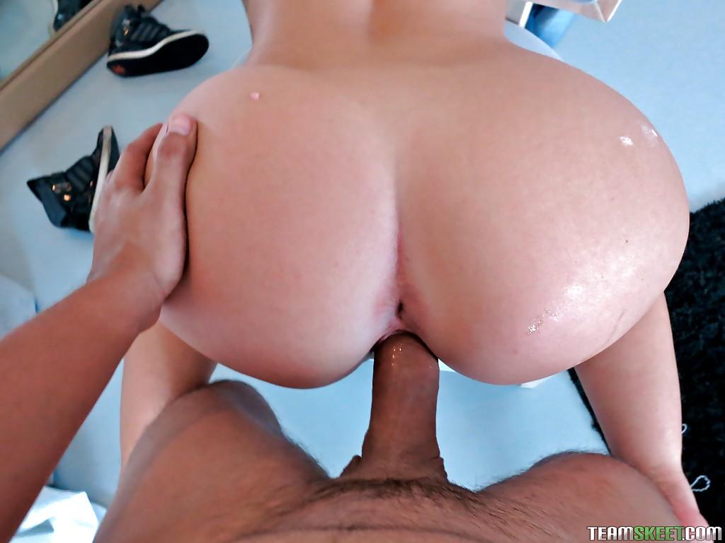 Рыжая милфа с большой жопой трахается  с другом мужа секс фото и порно фото