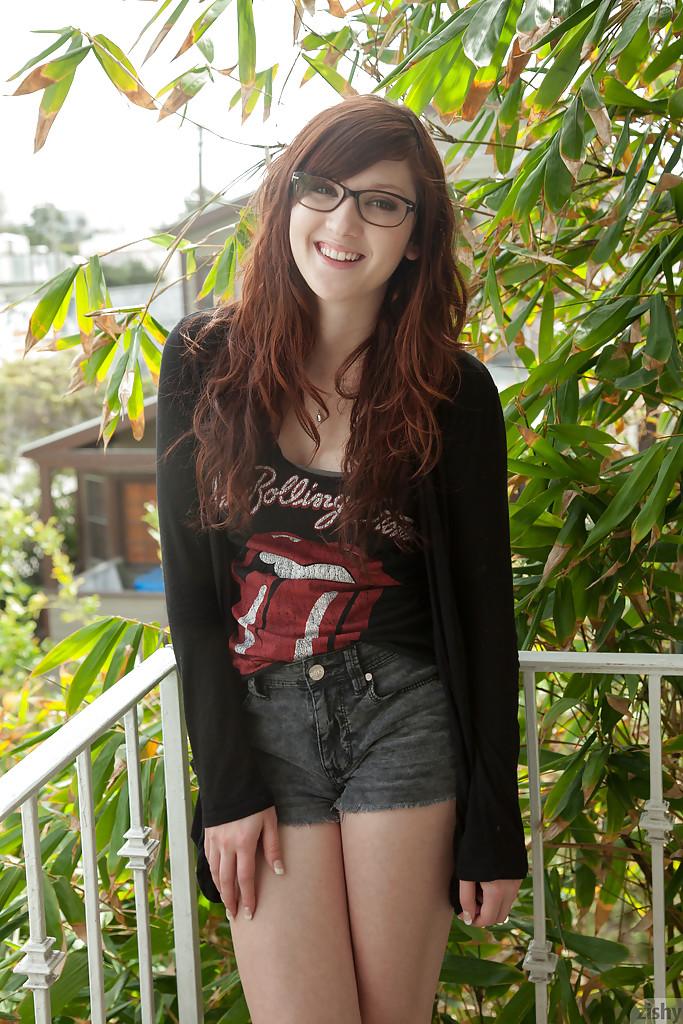 Рыжая студентка красиво разделась после института секс фото и порно фото