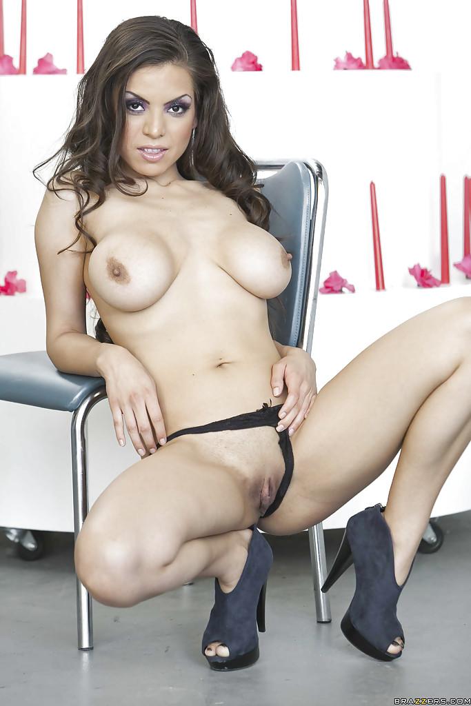Латинская сучка с татуировкой на спине раздевается до гола секс фото и порно фото