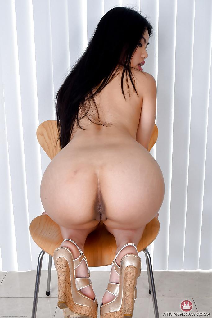 Сочная азиатка с большой попой разделась на камеру секс фото и порно фото