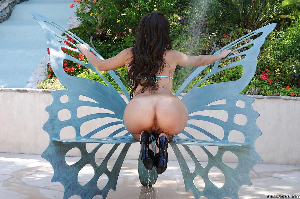 Сексуальная латинка моет большую жопу под душем секс фото и порно фото
