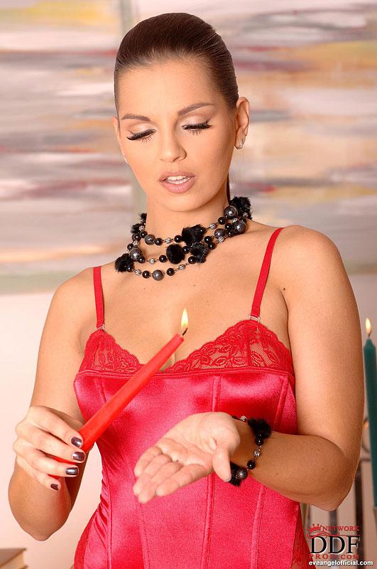 Ив Энджел в красных чулках обнажает сочную попу секс фото и порно фото