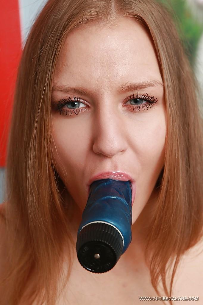 Возбужденная онанистка мастурбирует пилотку и очко синим дилдо секс фото и порно фото