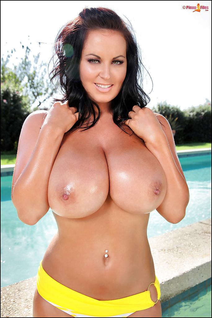 Красивая мамочка с большими сиськами сняла купальник секс фото и порно фото