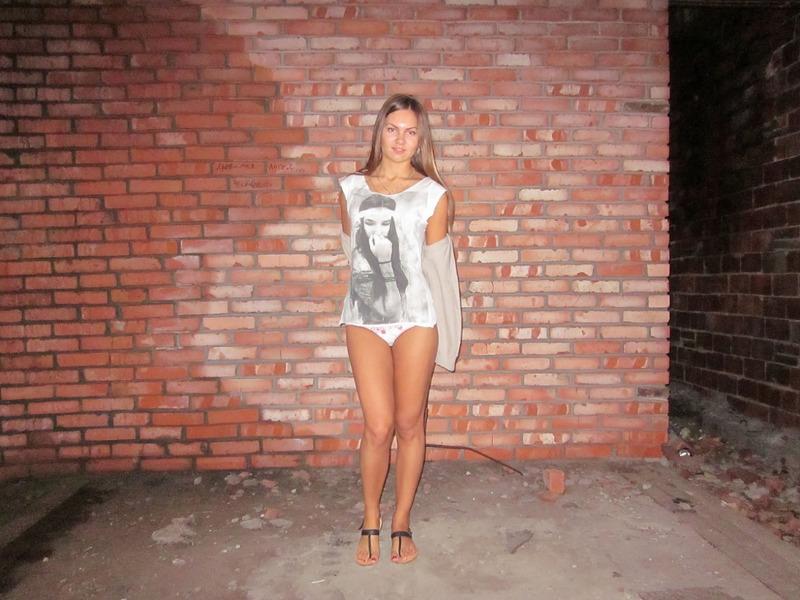 Развратная девушка показала голую киску в заброшенном здании секс фото и порно фото