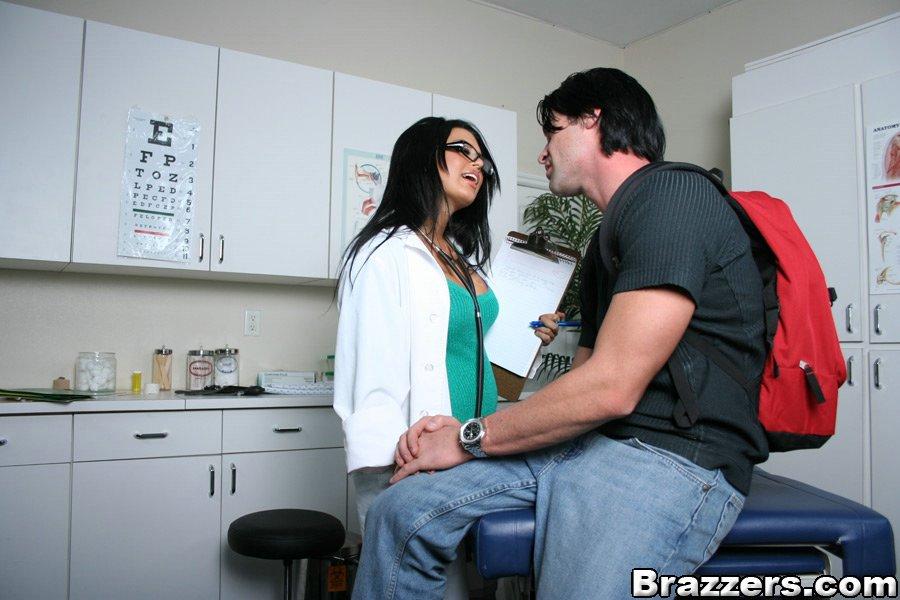 Мужик страстно трахнул докторшу с большими сиськами секс фото и порно фото
