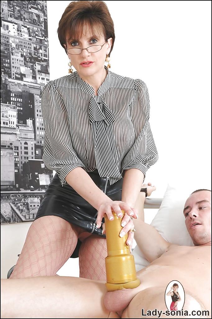 Зрелая развратница мастурбирует парню толстый член секс фото и порно фото
