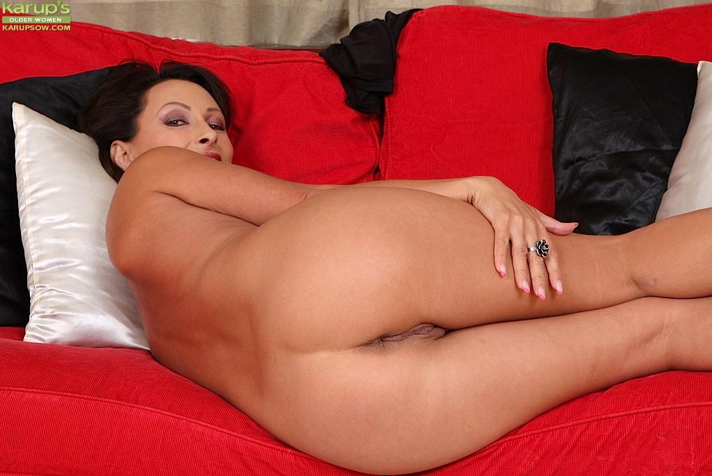 Зрелая красотка с большой жопой раздевается на ковре гостиной секс фото и порно фото