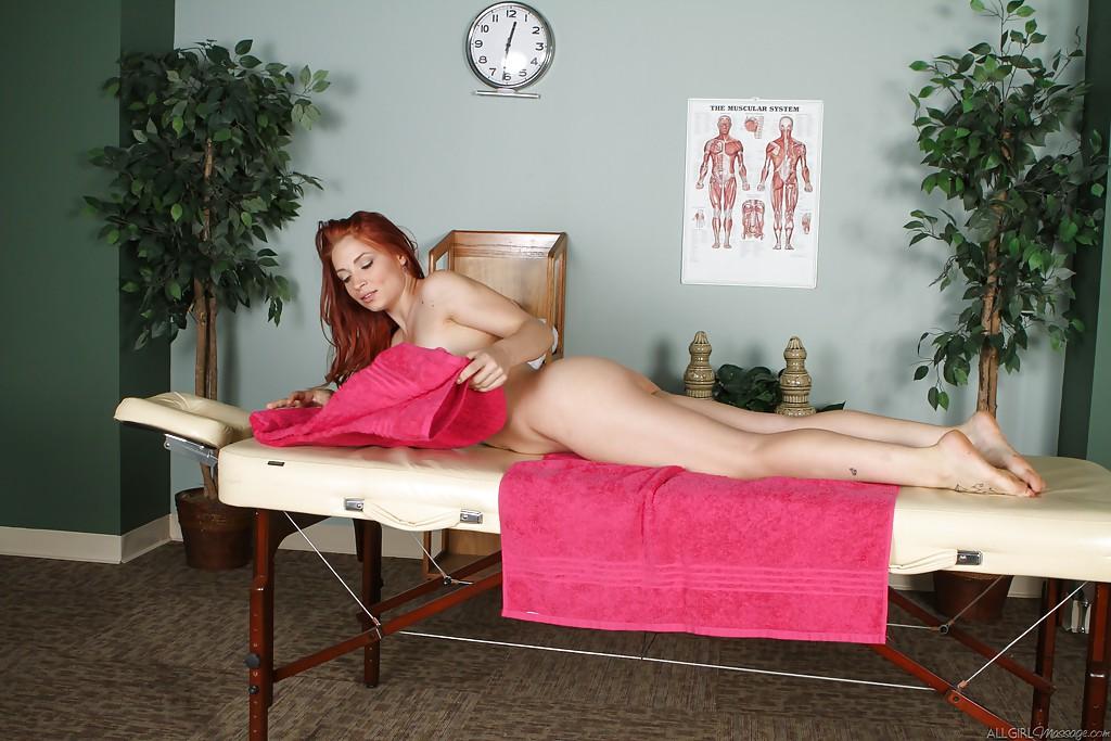 Рыжая чувиха и её массажистка обоюдно лижут киски секс фото и порно фото
