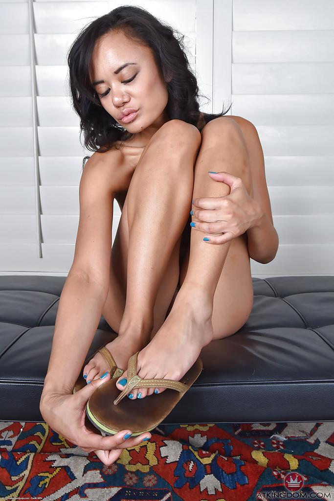 Похотливая азиатка разделась и облизывает свои ножки секс фото и порно фото